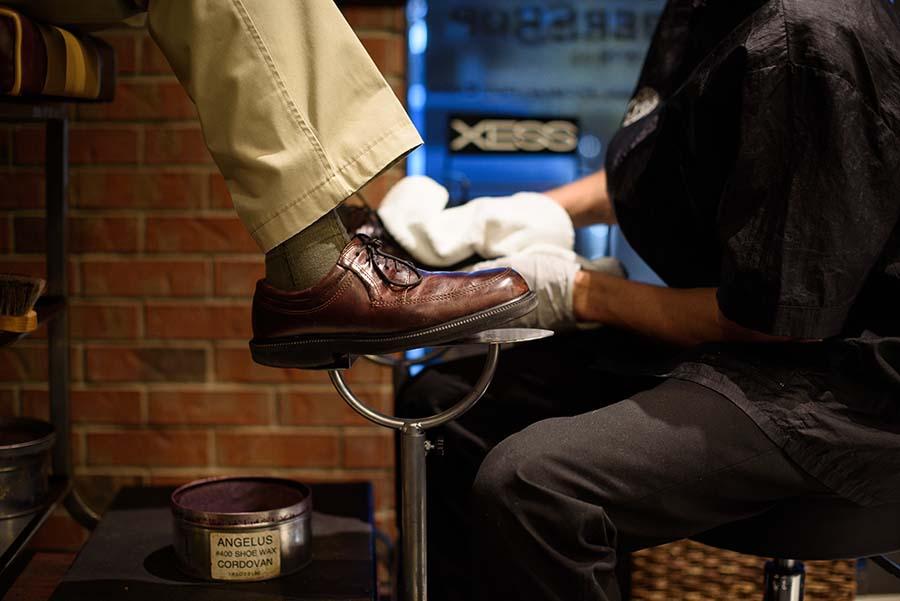 A V's patron getting a shoeshine